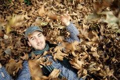 Homme à l'arrière-plan d'automne images libres de droits