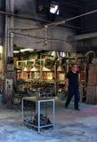 Homme à l'usine de fabrication de verre dans Murano, Italie photos libres de droits