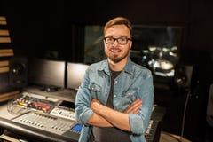 Homme à la console de mélange dans le studio d'enregistrement de musique Photos stock