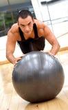 Homme à la gymnastique faisant des pilates Photographie stock