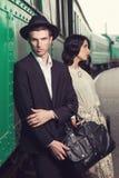 Homme à la mode à la gare ferroviaire de vintage Image libre de droits