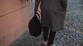 Homme à la mode avec le sac à dos marchant par la vieille rue dans la soirée Mâle de touristes explorant la nouvelle ville Mouvem clips vidéos