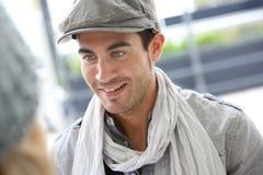 Homme à la mode d'étudiant parlant avec des amis Image stock