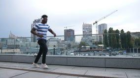 Homme à la mode d'afro-américain dansant dehors clips vidéos