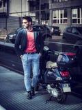 Homme à la mode en le scooter dans la ville Image stock
