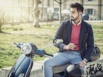 Homme à la mode en le scooter dans la ville Photos libres de droits