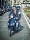 Homme à la mode sur le scooter dans la ville Images stock