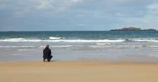 Homme à la plage photos libres de droits