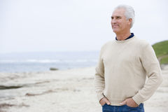 Homme à la plage avec des mains dans des poches Image stock