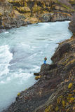 Homme à la rivière en Islande Images libres de droits