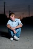 Homme à la rue de coucher du soleil Image stock