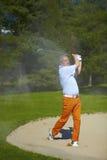 Homme à la soute sur un terrain de golf Photographie stock libre de droits