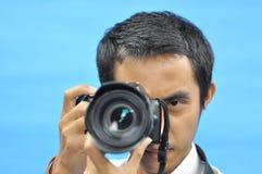 Homme à prendre une photo Images stock