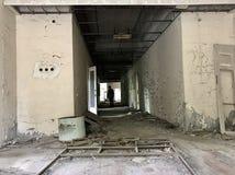 Homme à un bâtiment d'abandon Images stock