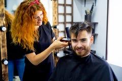 Homme à un salon de coiffure photo stock