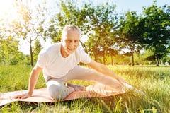 Homme âgé avec plaisir faisant étirant des exercices Photo libre de droits