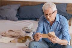 Homme âgé bel lisant une note Image stock