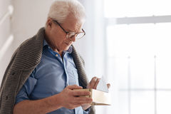 Homme âgé déprimé mettant de vieilles lettres dans la boîte Photo libre de droits