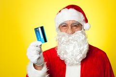 Homme âgé dans l'habillement de Santa prêt à faire des emplettes Photographie stock