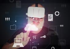 Homme âgé dans le casque de réalité virtuelle utilisant t virtuel interactif Photo stock