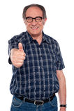 Homme âgé faisant des gestes des pouces vers le haut Photographie stock libre de droits