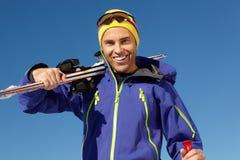 Homme âgé moyen des vacances de ski en montagnes photo stock