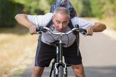 Homme âgé par milieu gai sur le vélo dehors Photos libres de droits
