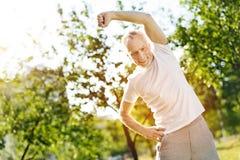 Homme âgé par positif faisant étirant des exercices Photo libre de droits