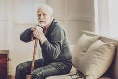 Homme âgé par positif se reposant à la maison images stock
