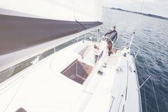 Homme âgé sur le voilier Photographie stock