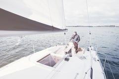 Homme âgé sur le voilier Photo stock