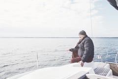 Homme âgé sur le voilier Photographie stock libre de droits