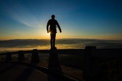 Homme éclairé à contre-jour au coucher du soleil Photo stock