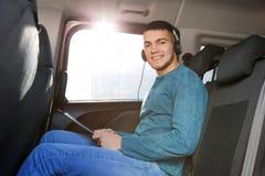 Homme écoutant l'audiobook par des écouteurs Images libres de droits