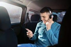 Homme écoutant l'audiobook par des écouteurs Images stock