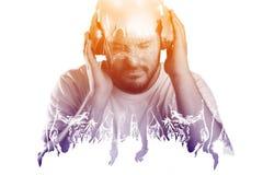 Homme écoutant la musique en direct par l'intermédiaire du concept d'écouteurs photographie stock libre de droits