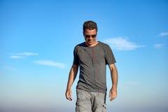 Homme écoutant la musique tout en marchant photographie stock