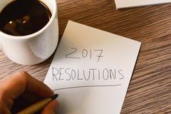 Homme écrivant au texte 2017 résolutions Photographie stock