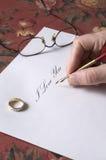 Homme écrivant je t'aime une note Image stock