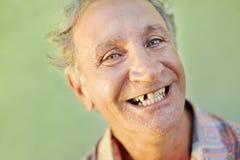 Homme édenté âgé souriant à l'appareil-photo Images stock