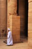 Homme égyptien marchant par la colonne, temple de Philae Images stock