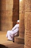 Homme égyptien s'asseyant par la colonne, temple de Philae Photos libres de droits
