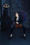 Homme élégant à la mode s'asseyant sur une chaise photo stock