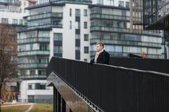 Homme élégant avec l'instrument sur le fond urbain images libres de droits