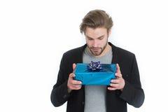 Homme élégant avec le boîte-cadeau ou présent pour Noël Photographie stock libre de droits