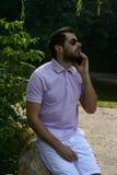 Homme élégant avec le téléphone en parc Photo stock
