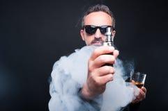 Homme élégant avec un verre de whiskey Photographie stock
