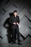 Homme élégant bel dans le costume noir Réussite Images stock