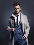 Homme élégant bel dans le manteau d'automne Image stock