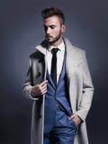 Homme élégant bel dans le manteau d'automne Photographie stock libre de droits